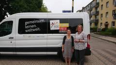 Schulleiterin OStD' Monika Nerreter und die Betreuungslehrerin Antje Corban-Sagwitz vor dem PASCH-Mobil